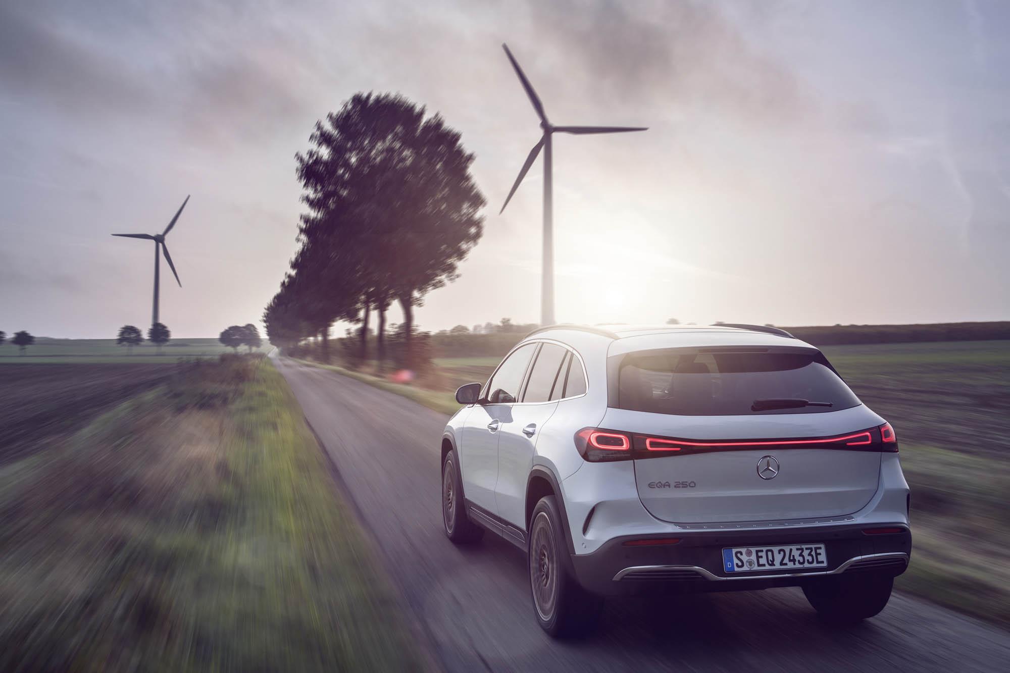 Mercedes-EQ, EQA 250, Edition 1, Fahraufnahme, digitalweiss. EQA 250 (Stromverbrauch kombiniert: 15,7 kWh/100 km; CO2-Emissionen kombiniert: 0 g/km);Stromverbrauch kombiniert: 15,7 kWh/100 km; CO2-Emissionen kombiniert: 0 g/km*  Mercedes-EQ, EQA 250, Edition 1, driving shot, digital white. EQA 250 (combined power consumption: 15.7 kWh/100 km, combined CO2 emissions: 0 g/km);Combined power consumption: 15.7 kWh/100 km, combined CO2 emissions: 0 g/km*
